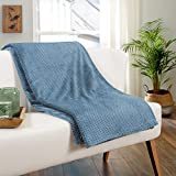 Delindo Lifestyle® Plaid Milano bleu - Couverture en microfibre polaire - 220 x 240 cm - XXL - Jeté de lit maritime - Plaid moelleux et doux pour les soirées détendues.