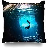 Housse de Coussin Water Blue Scuba Girl Diving Cavern Lightbeams Coming on Nature Diver Snorkel Sea Cave Deep Home Taie d'oreiller Carré Taille 18x18 Pouces Taie d'oreiller décor à glissière